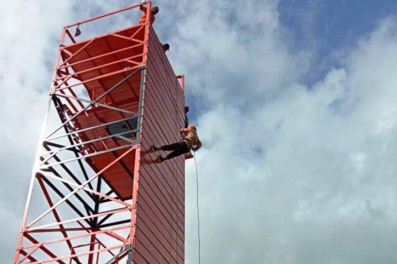 TNI ajarkan latihan penyelamatan anggota Pramuka di Serui