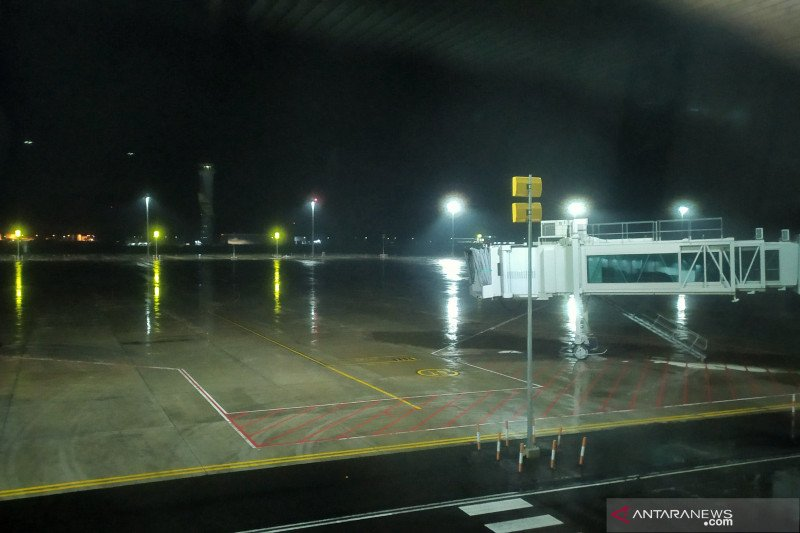 Bandara Kertajati diguyur hujan ringan jelang pendaratan pesawat WNI dari Jepang