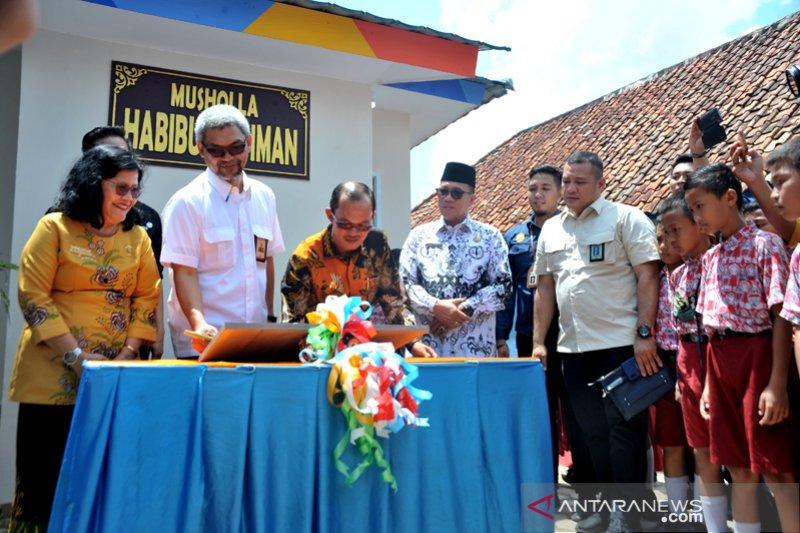 Angkasa Pura Palembang bina lingkungan lewat bantuan mushala ke sekolah