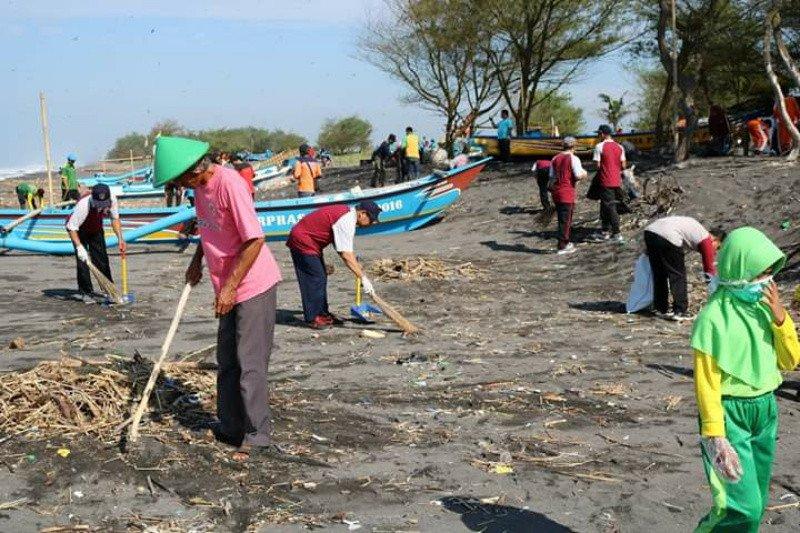 """Dinas Lingkungan Hidup Kulon Progo """"gropyok"""" sampah di Pantai Bugel"""