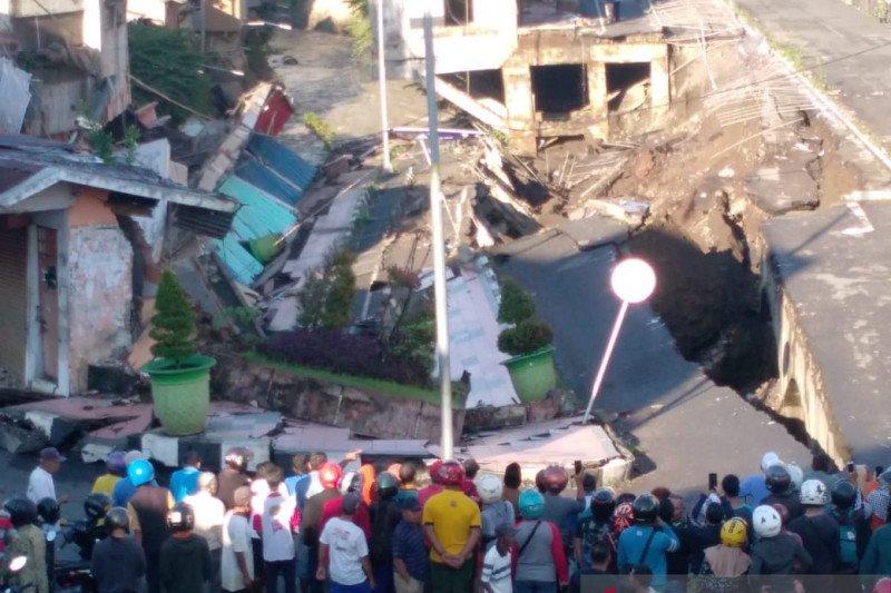 Jalan Sultan Agung Jember ambles, 10 rumah ikut ambruk