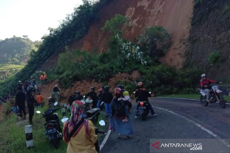 Longsor tutup badan jalur selatan  penghubung Garut-Bandung