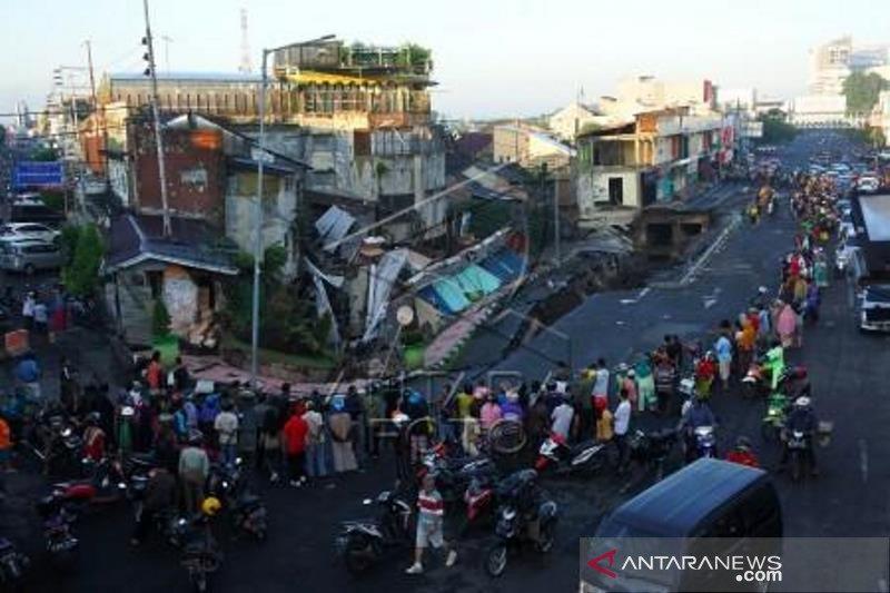 Akibat tingginya curah hujan, Jalan Sultan Agung di Jember ambles