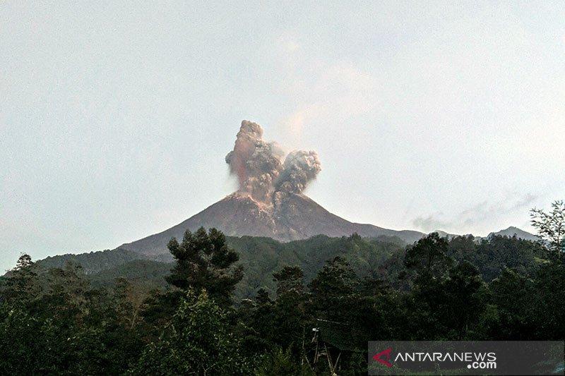 Gunung Merapi meletus dengan ketinggian kolom asap 5.000 meter dari puncak