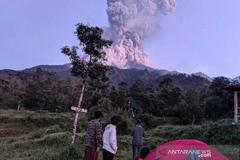 Bandara Adi Sumarmo ditutup sementara, Merapi erupsi