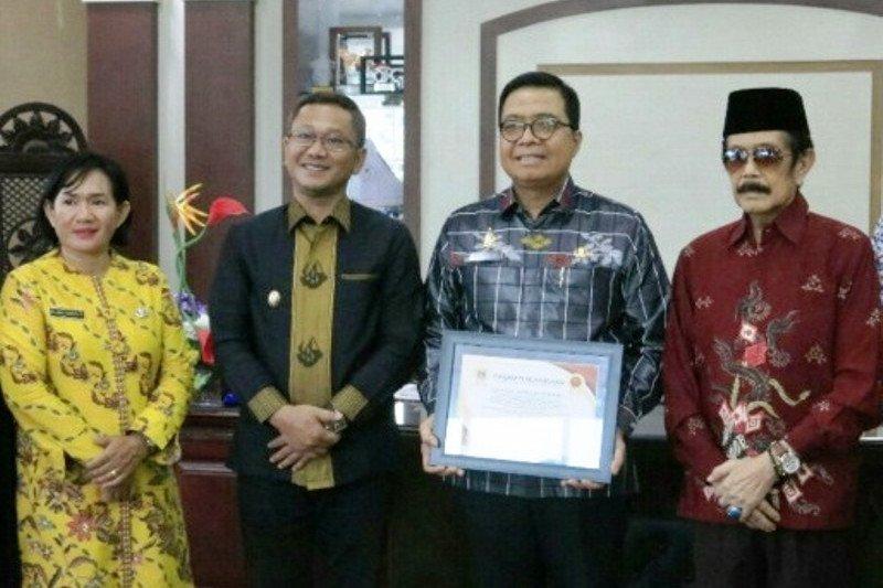 Pemprov Sulbar terima penghargaan dari Raja Mamuju Andi Maksum Da'i