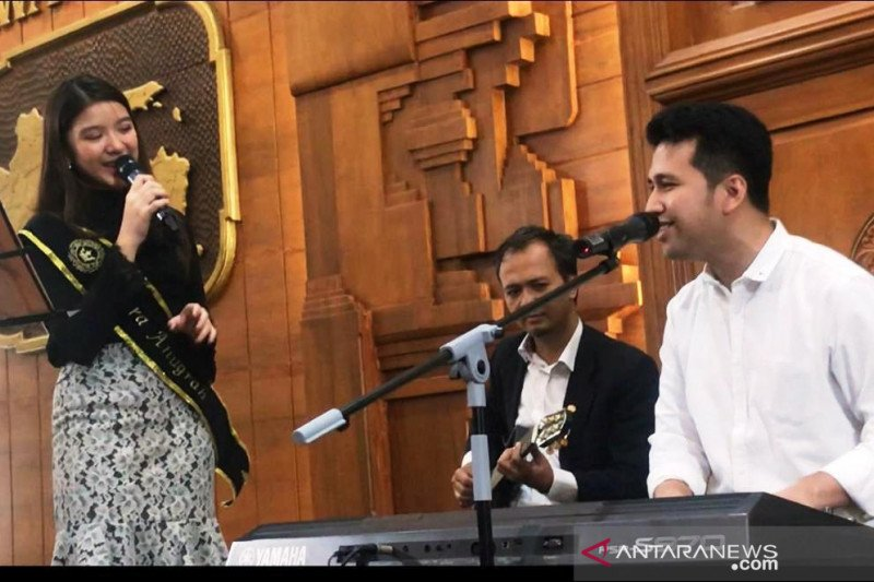 Tiara Anugrah senang dapat tawaran menyanyikan lagu karya Wagub  Emil Dardak