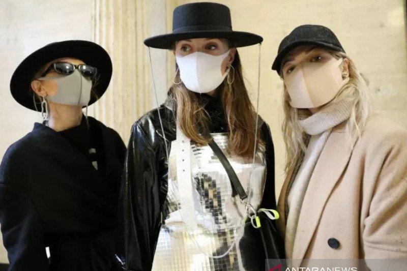 Kiat padu padan masker dengan busana