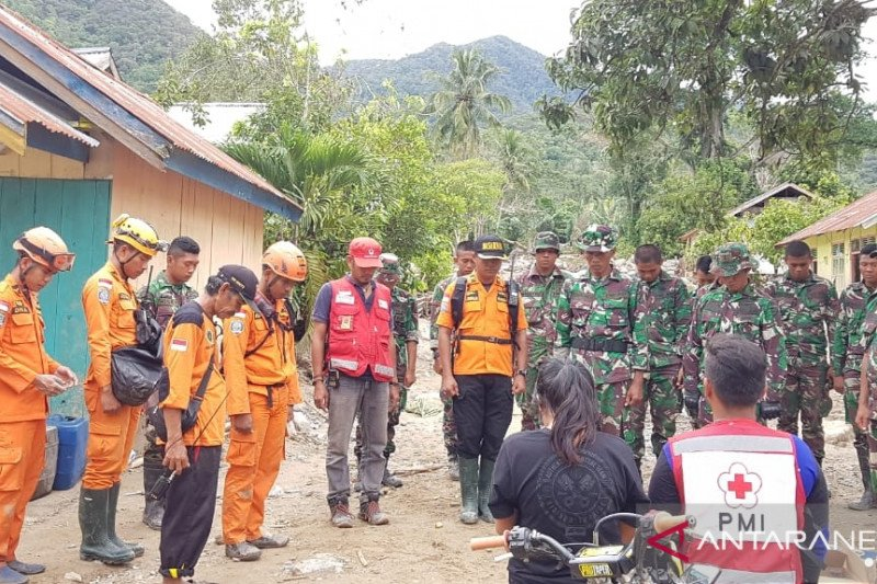 Tim SAR evakuasi jenazah korban banjir bandang di Lore Barat