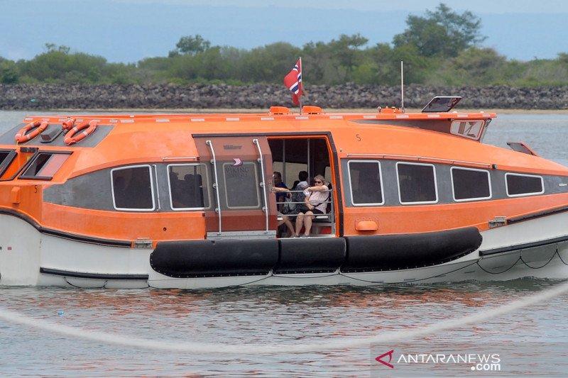 Setelah diperiksa kesehatannya, Kapal Pesiar Viking Sun turunkan penumpang di Benoa Bali
