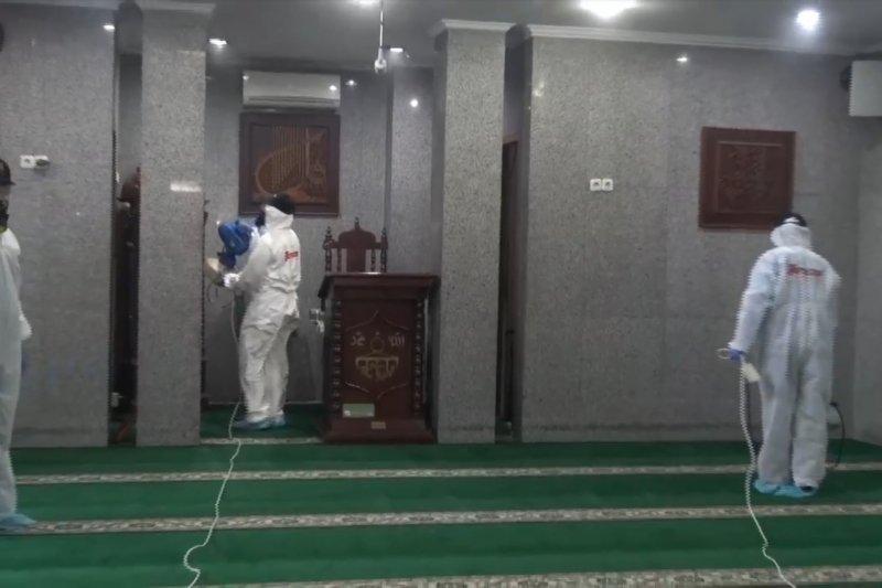 Masjid di dekat rumah Jusuf Kalla disemprot cairan disinfektan