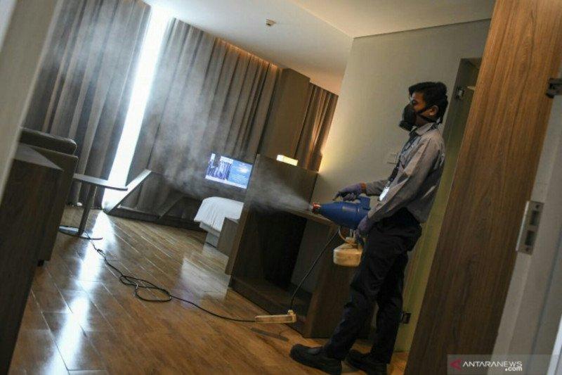 Pengelola hotel di Palembang semprotkan  cairan disinfektan