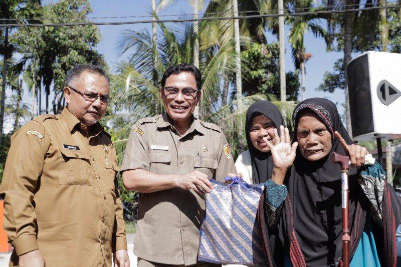 Pemkot Solok salurkan 200 paket sembako untuk Lansia
