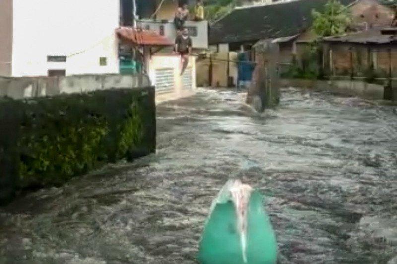 Sungai Manunggal Yogyakarta meluap dan robohkan talut