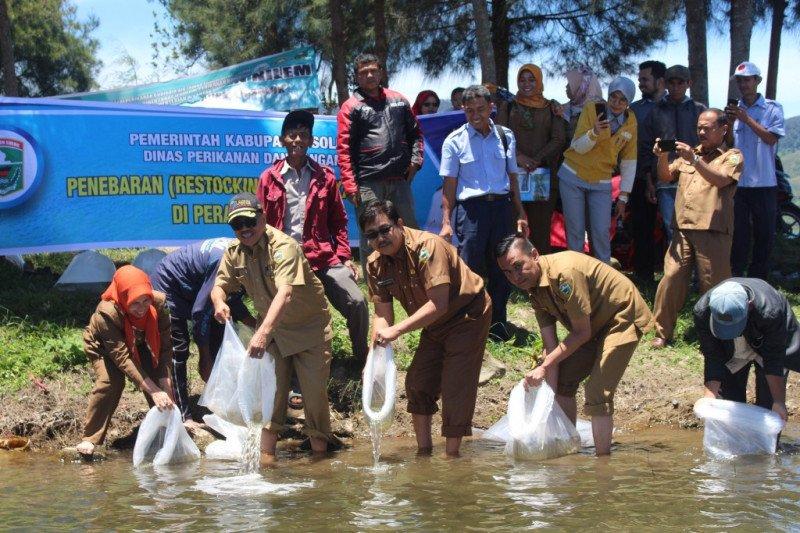 Alami krisis akibat padat tangkap, Pemkab Solok tebar 350 ribu benih ikan di Danau Diatas