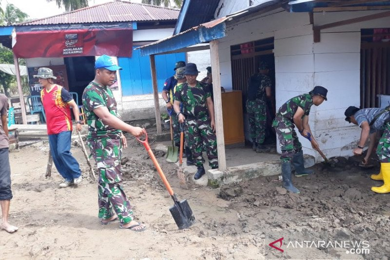 Tim Satgas Lantamal VIII bersihkan material longsor di Bolmut