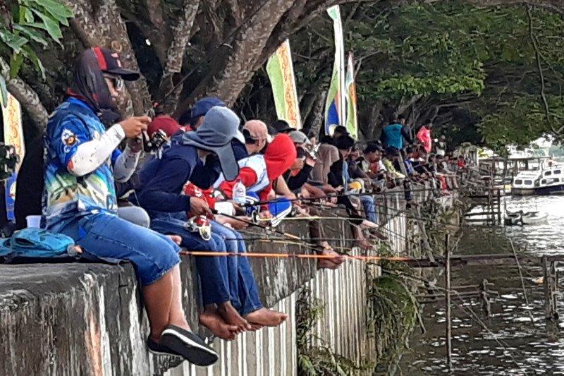 Ratusan peserta lomba mancing memadati Tepian Kayan