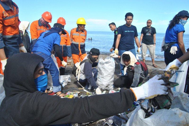 Peserta aksi bersih pantai Makassar kumpulkan 1,4 ton sampah