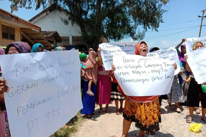 Ibu-ibu, warga kampung nelayan Lampung Timur desak bebaskan nelayan yang ditangkap, dan tutup tambang pasir laut.
