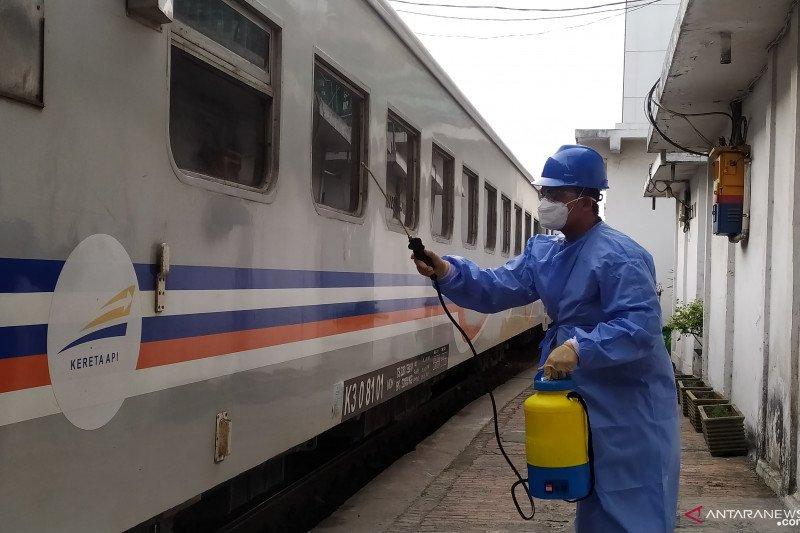 Antisipasi COVID-19, Stasiun Kereta Api Medan disemprot disinfektan