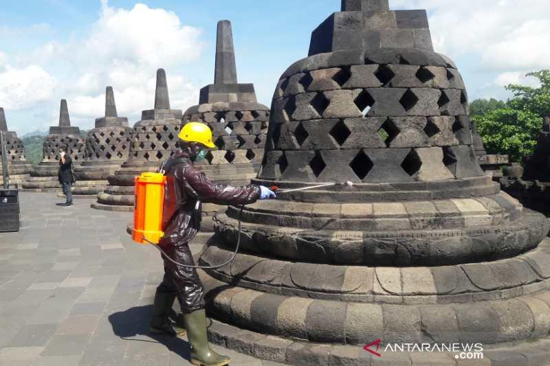 Candi Borobudur disemprot disinfektan cegah penyebaran COVID-19