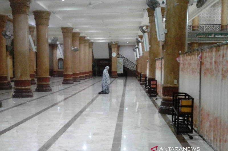 Pengurus Masjid Agung Meulaboh Aceh gulung semua karpet sajadah untuk mencegah corona