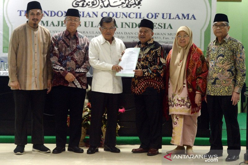 MUI serahkan fatwa terkait COVID-19 ke Dewan Masjid Indonesia, ini isi imbauannya