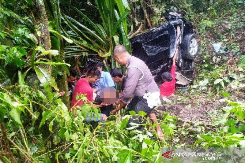 Toyota Rush terjun bebas ke jurang sedalam 30 meter di Lubuk Selasih