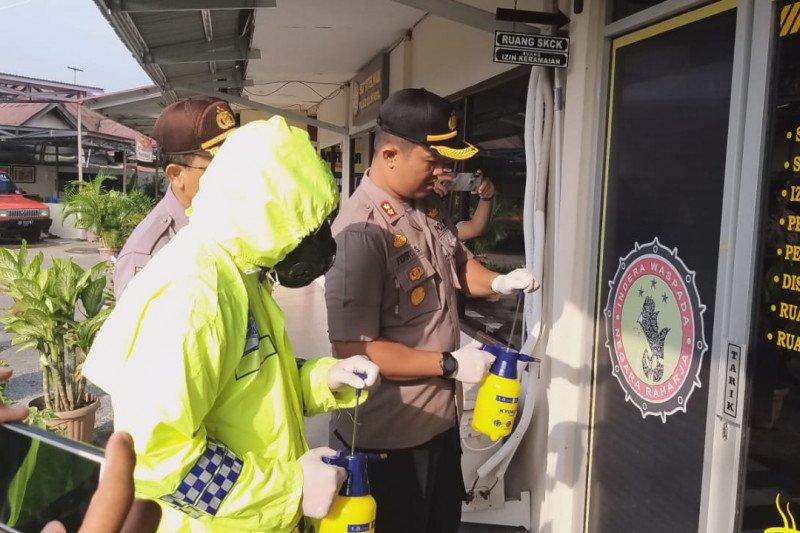 Polres Solok Kota lakukan penyemprotan desinfektan di Mapolres cegah penyebaran corona