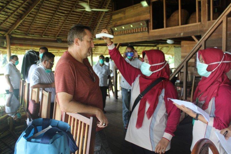 TRC Pesisir Selatan cek kesehatan wisatawan asing di Mandeh