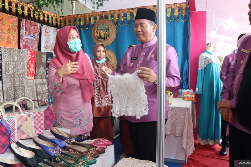Several cities promote regional handicraft products in Pariaman