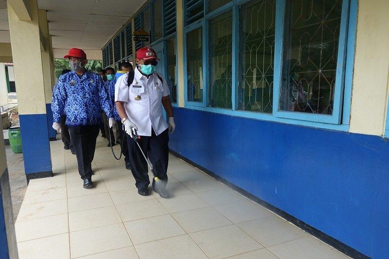 Bupati dan Ketua DPRD Lampung Tengah semprot sekolah cegah COVID-19