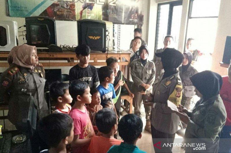 Polisi temukan pelajar main di rental PS