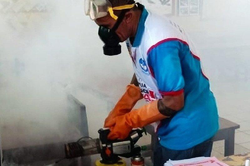 Disdik Papua lakukan penyemprotan desinfektan di sekolah tiga daerah cegah Corona