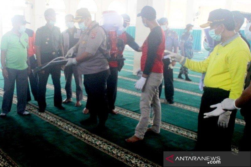 Jelang Shalat Jumat, Pemkab Solok semprotkan disinfektan di beberapa masjid