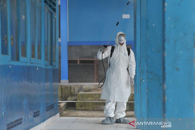 Penyemprotan disinfektan di lingkungan publik
