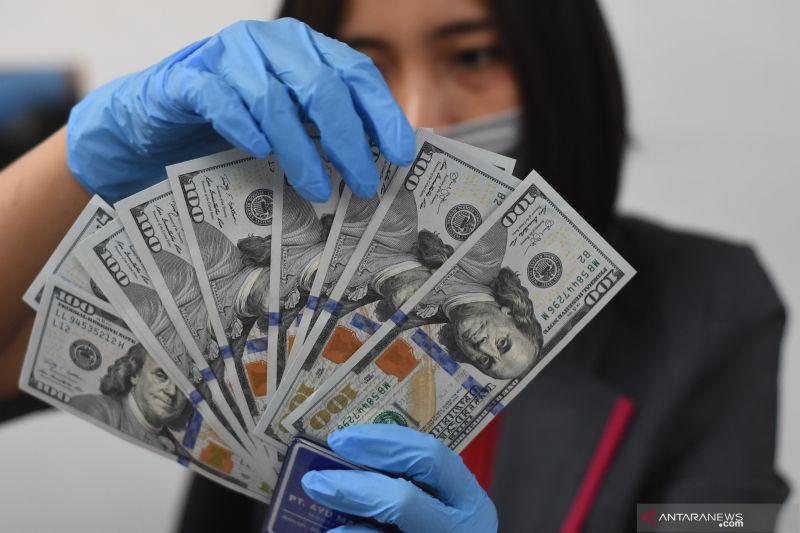 Rupiah di akhir pekan melemah sedikit di bawah Rp16.000 per dolar