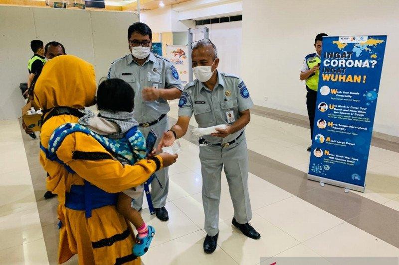 Jasa Raharja NTT bagikan masker dan hand sanitizer gratis ke penumpang