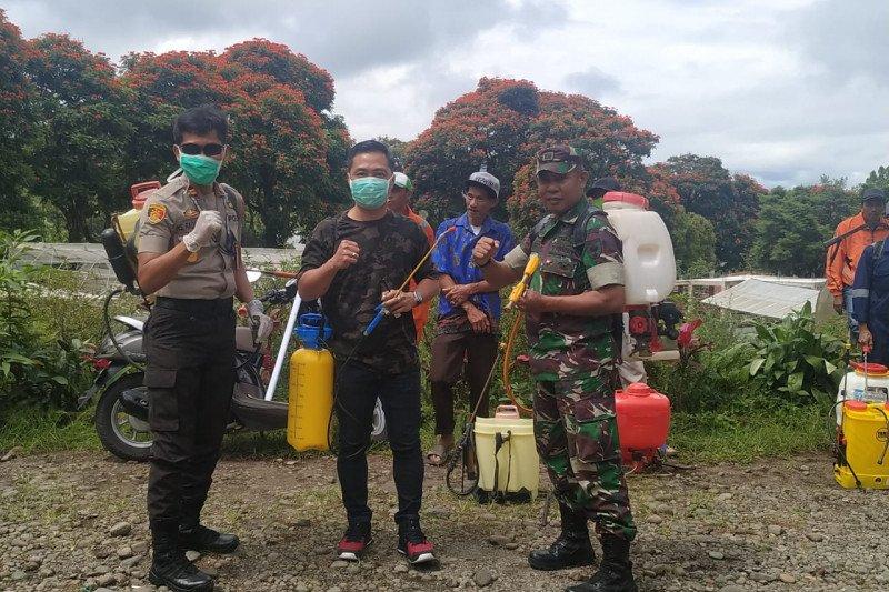 Fasilitas umum di dataran tinggi Gowa disemprot disinfektan