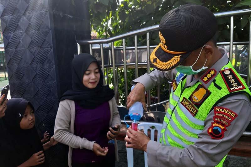 Polisi Banyumas sediakan cairan pembersih tangan di perbatasan