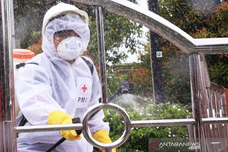 Cegah corona, relawan PMI Palangka Raya semprot disinfektan di sejumlah kantor