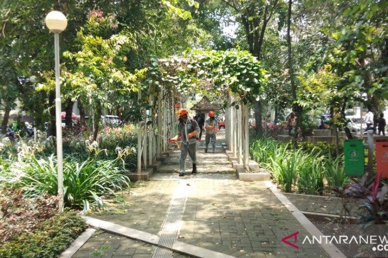 Taman-taman kota di Malang disemprot cairan desinfektan