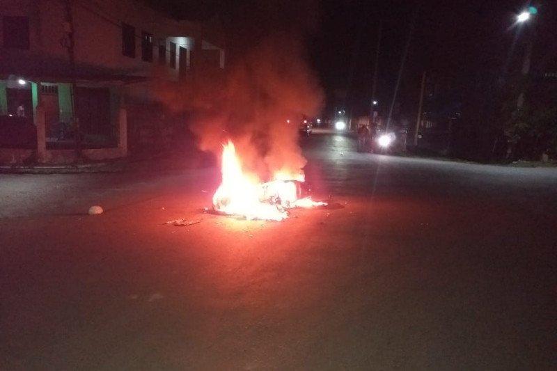 Dicurigai hendak panah pemuda setempat, seorang pemuda di NTB dikeroyok sampai motornya dibakar