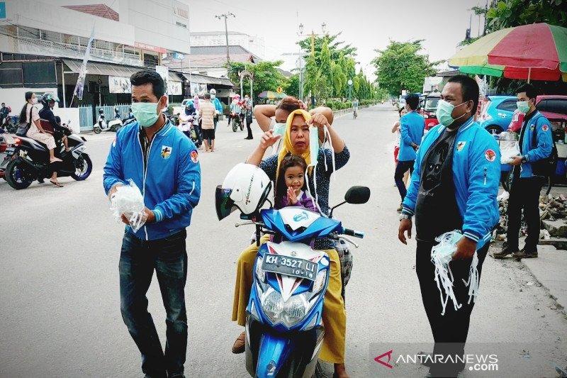 Warga berebut masker gratis dibagikan KNPI Kotim