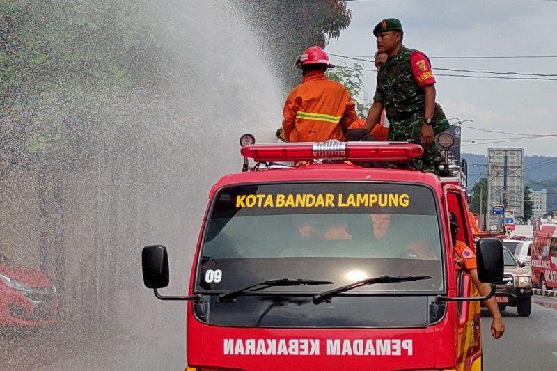 Cegah penyebaran COVID-19, Pemkot Bandarlampung lakukan penyemprotan jalan protokol