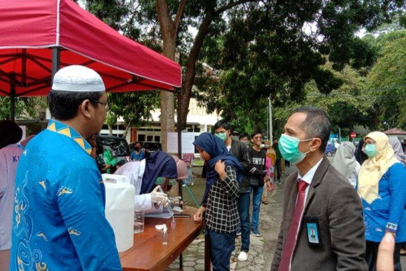 Cegah COVID-19, FMIPA Unila bagikan hand sanitizer