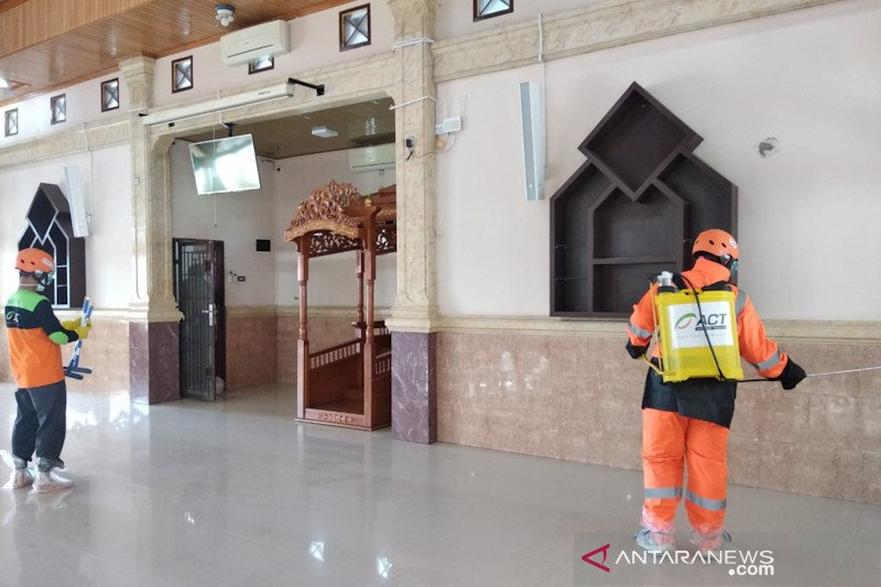 IDI dan ACT Riau bantu semprot disinfektan ke masjid-masjid antisipasi COVID-19