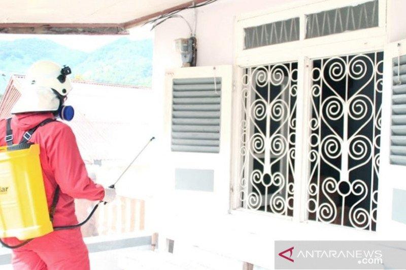 Padang Panjang semprotkan disinfektan ke rumah warga dan fasilitas umum