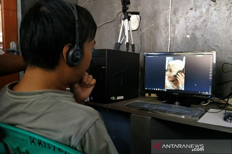 Pengunjung WBP di Lapas Mataram menggunakan panggilan video