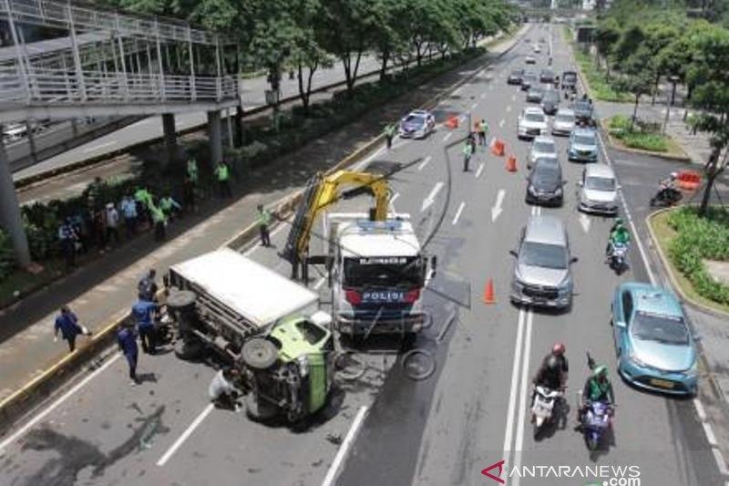 Mobil boks terguling di Jakarta